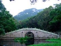 Eine Steinbrücke über einem See Stockfotos