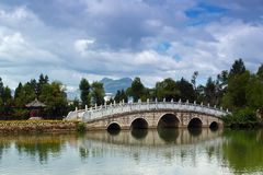 Eine Steinbrücke in Lijing Stockfotografie