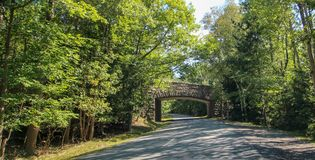 Eine Steinbrücke in Neu-England stockbild