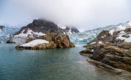 Eine Steininsel in der Nordbucht des Spitzbergens lizenzfreie stockbilder