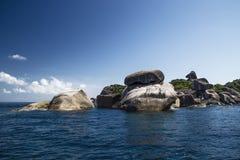 Eine Steininsel im Meer Stockbild