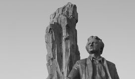 Eine Steinstatue eines Mannes gegen einen weißen Himmel Stockbild
