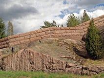 Eine Steinwand auf einem Felsen Stockfoto