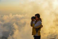 Eine Stellung der jungen Frau auf Berg lizenzfreies stockfoto