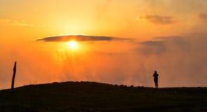 Eine Stellung der jungen Frau auf Berg lizenzfreie stockbilder