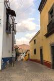 Eine Straße auf einer Kleinstadt Stockbild