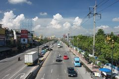 Eine Straße in Bangkok bis zum einem sonnigen Tag Lizenzfreies Stockbild