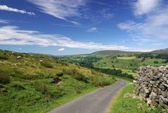 Eine Straße in den Yorkshire-Tälern Lizenzfreie Stockfotos