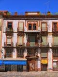 Eine Straße in der alten Stadt von Sevilla Spanien stockbild