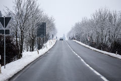 Eine Straße des verschneiten Winters Stockfotografie