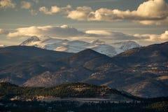 Eine Straße durch die Colorado-Berge Stockfotos