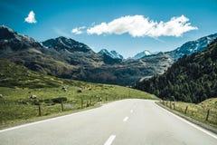 Eine Straße durch Schweizer Alpen Lizenzfreie Stockfotografie