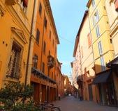 Eine Straße im Bologna, Italien Bunte Häuser beleuchtet durch den hellen Sonnenschein stockbilder