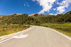 Eine Straße im geologischen Park Niuxinshan, Qilian, Qinghai stockfotografie