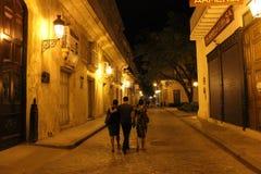 Eine Straße im Unterhaltungsbezirk von Havana, Kuba nachts lizenzfreie stockfotografie