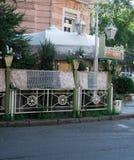 Eine Straße mit einem Haus und einem café lizenzfreie stockfotos