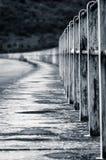 Eine Straße mit Geländern in der Perspektive stockfotos
