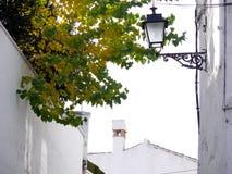 Eine Straße mit weißen Wänden von Häusern lizenzfreies stockfoto