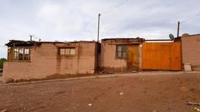 Eine Straße in San Pedro de Atacama mit den typischen Häusern des luftgetrockneten Ziegelsteines, Chile stockfoto
