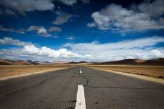 Eine Straße in Tibet-Hochebene Stockfotos