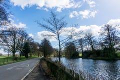 Eine Straße und ein See nebeneinander Stockbilder