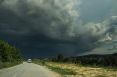 Eine Straße und ein Sturmhimmel lizenzfreie stockfotografie
