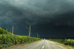 Eine Straße und ein Sturmhimmel stockbilder