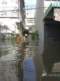 Eine Straße wird in Rangsit, Thailand, im Oktober 2011 überschwemmt stockfotografie
