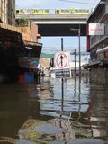 Eine Straße wird in Rangsit, Thailand, im Oktober 2011 überschwemmt lizenzfreie stockfotos
