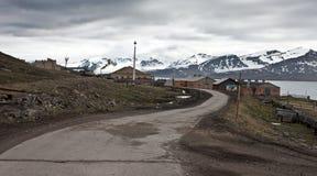 Eine Straße zu Barentsburg Stockbild