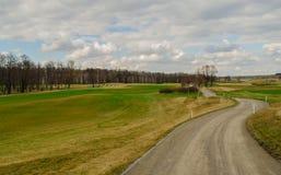 Eine Straße zum Golffeld Stockfoto