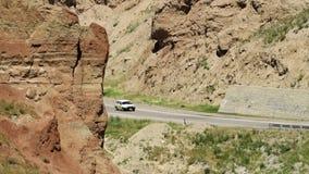 Eine Straße zwischen zwei Bergen stock footage