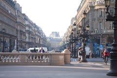 Eine Straßenansicht der Allee de l ` Oper mit Solfea-Bank auf dem Recht und Hotel du Louvre Hyatt im Hintergrund stockfotografie