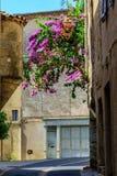 Eine Straßenecke in der historischen Mitte von Pezenas, Languedoc, Frankreich Stockbilder