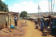 Eine Straße in den Elendsvierteln mit schlechten Hütten lizenzfreies stockfoto