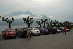 Eine Straße mit touristischen Geschäften und Café, Como, Italien stockfoto