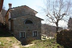 Eine Struktur eines bestimmten Hauses Haus im Stein in der Natur, in der Fenster und Türen scheinen, ein Lächeln für eine glückli lizenzfreie stockbilder
