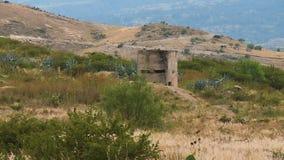 Eine Struktur mitten in einem Feld stock video footage