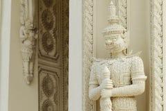 Eine Stuckstatue des thailändischen Wächterriesen stockfotografie
