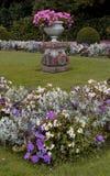 Eine Studie eines formalen Gartens mit Anlagen und Blumen Stockbild