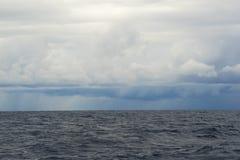 Eine Sturmfront kommt über das Meer Lizenzfreie Stockfotografie