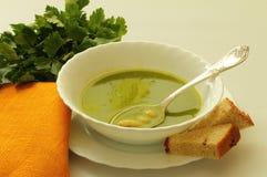 Eine Suppe mit Spinat und Bohnen Lizenzfreie Stockbilder