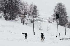 Eine Szene des verschneiten Winters mit fallendem Schnee auf dem Bahnhof von der Karpatenregion, Ukraine, Europa Stockbilder