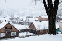 Eine Szene des verschneiten Winters mit fallendem Schnee von der Karpatenregion, Ukraine, Europa Stockfotografie