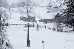 Eine Szene des verschneiten Winters mit fallendem Schnee von der Karpatenregion, Ukraine, Europa Lizenzfreies Stockbild