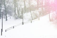 Eine Szene des verschneiten Winters mit fallendem Schnee von der Karpatenregion, Ukraine, Europa Lizenzfreie Stockbilder
