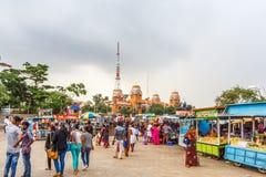 Eine Szene an einem bhel puri Shop oder Stall am Jachthafenstrand mit bewölktem Himmel im Hintergrund, Chennai, Indien am 19. Aug Stockfotos