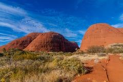 Eine szenische Ansicht von Kata Tjuta - das Olgas an einem sonnigen Tag, Australien lizenzfreie stockfotografie