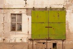Eine Tür in einer alten Wand stockbild