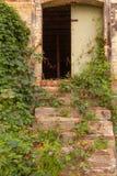 Eine Tür in einer alten Wand stockfotos